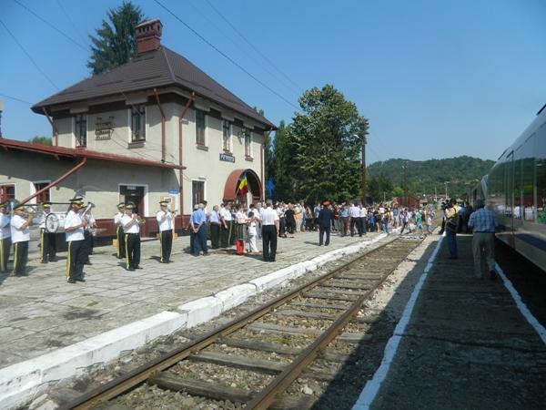 Circulația trenurilor pe ruta Fieni-Pietroșita, suspendată, după ruperea terasamentului