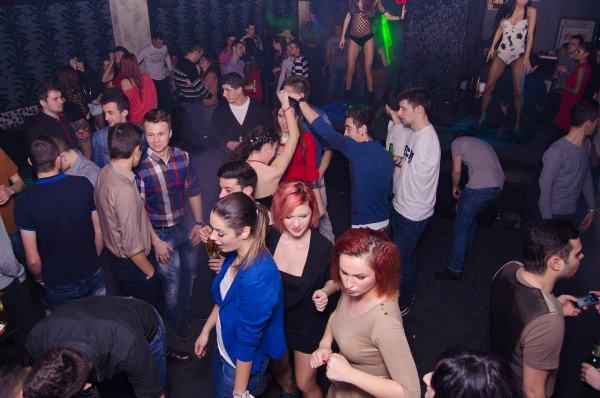 red_club_petrecere