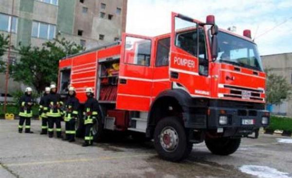 o-masina-de-pompieri-care-mergea-sa-stinga-un-incediu-s-a-rasturnat-in-baia-mare-105745_600x365