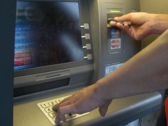 MOȚĂIENI: Doi tineri au găsit un portofelul unui bătrân și au reușit să-i golească cardul
