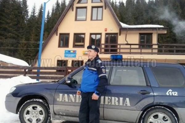 Din cauza zăpezii, doi turiști au rămas blocați pe munte