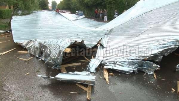 acoperis cazut peste o masina la targoviste (1)_600x338