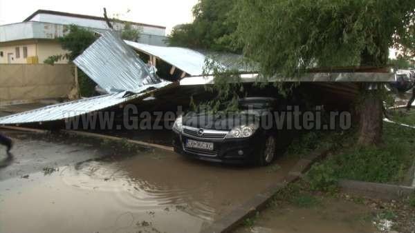 acoperis cazut peste o masina la targoviste (4)_600x338