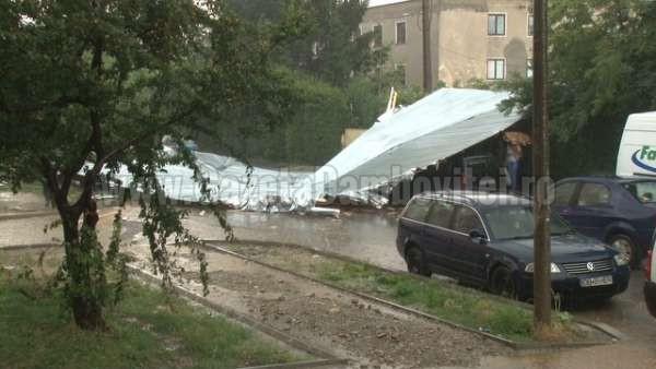 acoperis cazut peste o masina la targoviste (5)_600x338