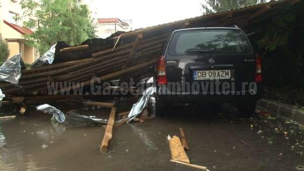 acoperis cazut peste o masina la targoviste (7)_600x338