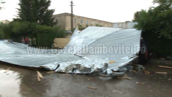 acoperis cazut peste o masina la targoviste (8)_600x338