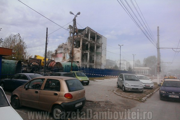 VIDEO EXCLUSIV - O parte din fosta fabrică Victoria Târgoviște a fost dărâmată!