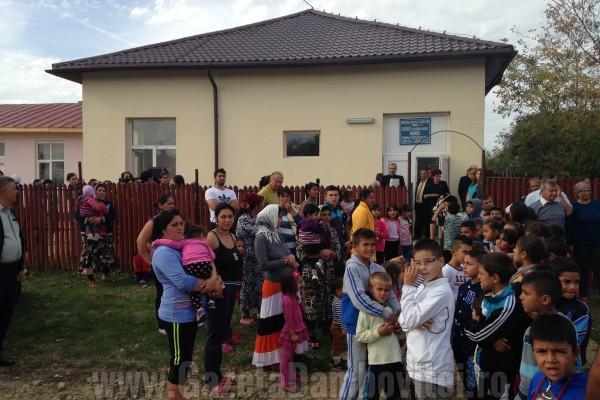 FOTO - Grădiniţă nouă pentru comunitatea de romi de la Merişu, Costeştii din Vale