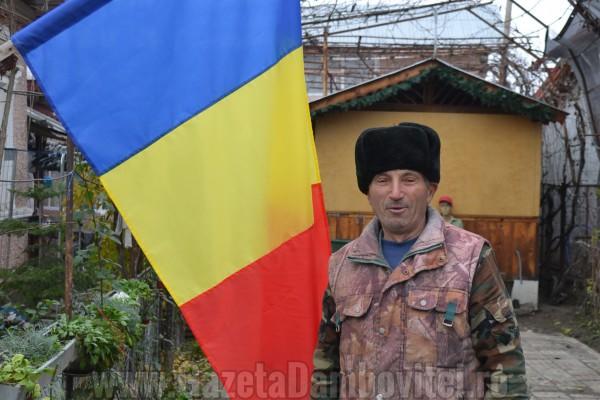 Răcari, oraşul tricolor! 2014 drapele au fost împărțite localnicilor de către primărie