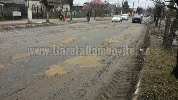 În stațiunea Pucioasa, gropile din drumul național au fost acoperite cu nisip!