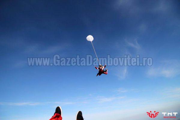 ADRENALINĂ: Consilier local târgoviştean, săritură cu paraşuta la Clinceni
