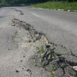 DÂMBOVIŢA: 10 drumuri judeţene prezintă degradări sau alte pericole