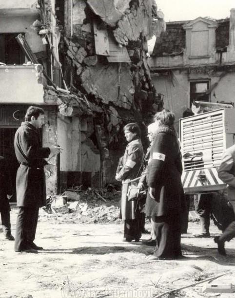 Sprijin la cutremurul din 1977 - FOTO: crucearosiesector4.wordpress.com