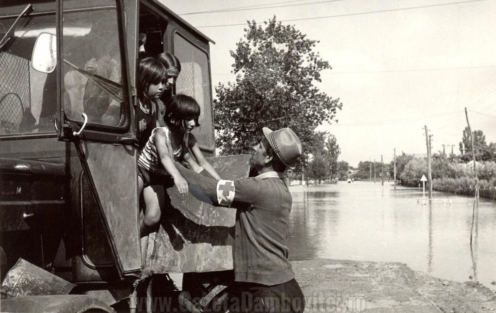 Evacuare sinistrați în 1972 - FOTO: crucearosiesector4.wordpress.com