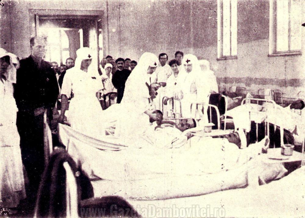Regina Maria, îngrijind soldați români - FOTO: crucearosiesector4.wordpress.com