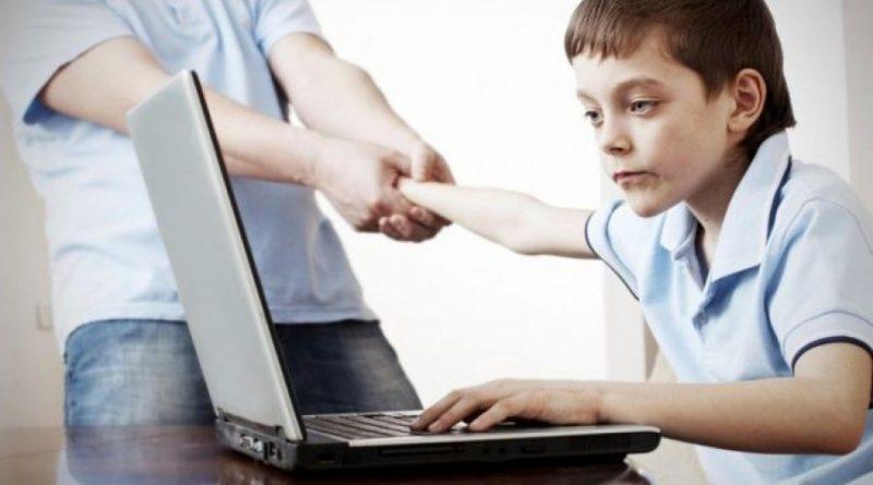 copil-la-laptop