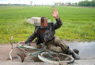GURA FOII: Abia se ținea pe picioare de la alcool, dar a plecat cu bicicleta la drum
