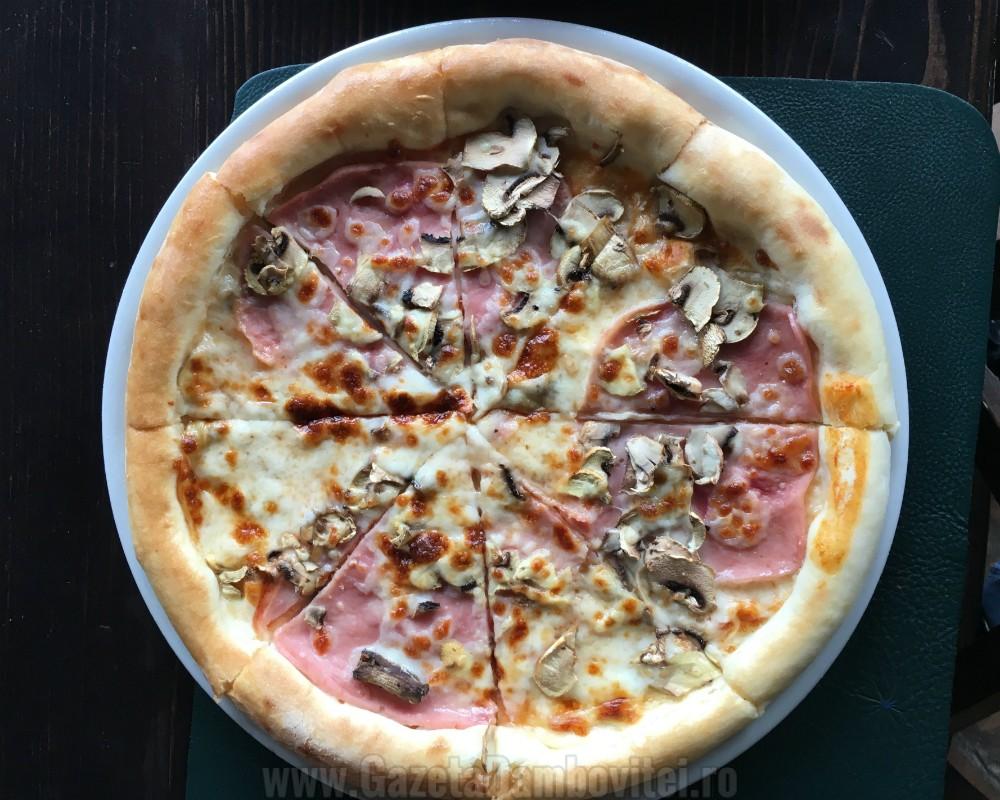Pizza proscuitto e funghi: preţ întreg - 17 lei / preţ redus - 7,95 lei