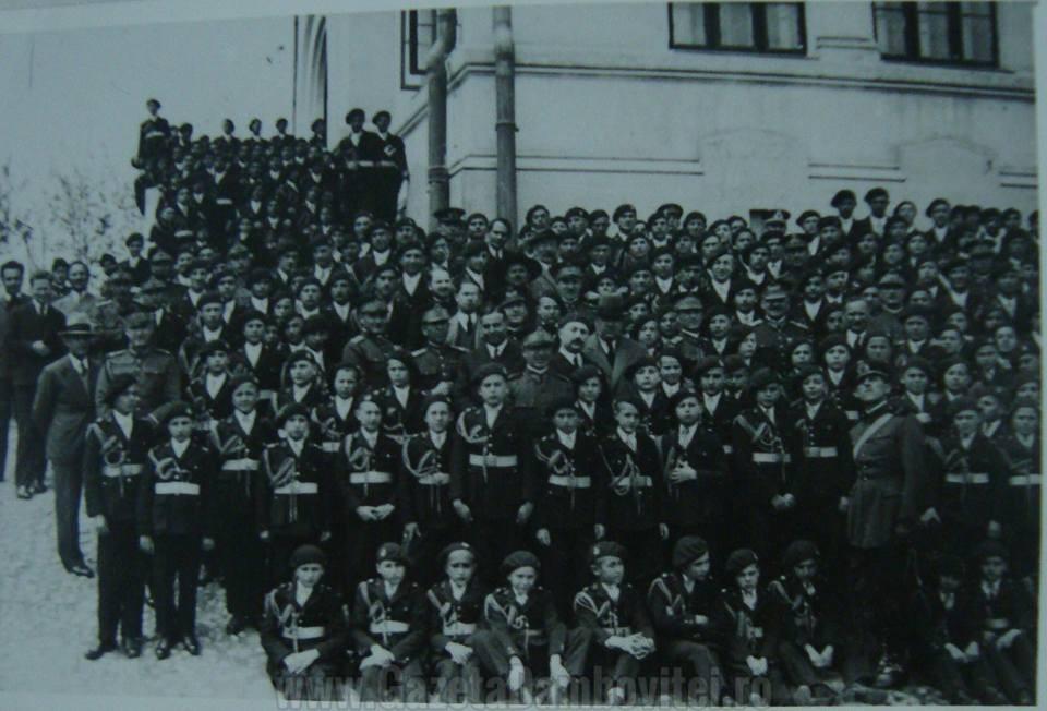 Generalul Marcel Olteanu, între profesori, ofițeri și elevi mănăstireni
