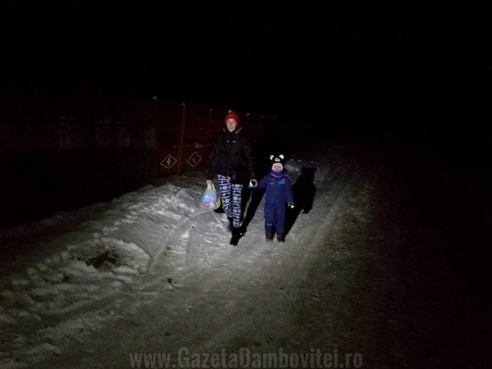 Copiii pleaca pe întuneric ca să ajungă la şcoala la începutul orelor de curs