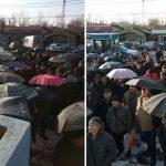 """După umbrele, salariaţii COS Târgovişte ies în faţa unităţii cu bannere cu mesajul ,,vă rugăm"""""""