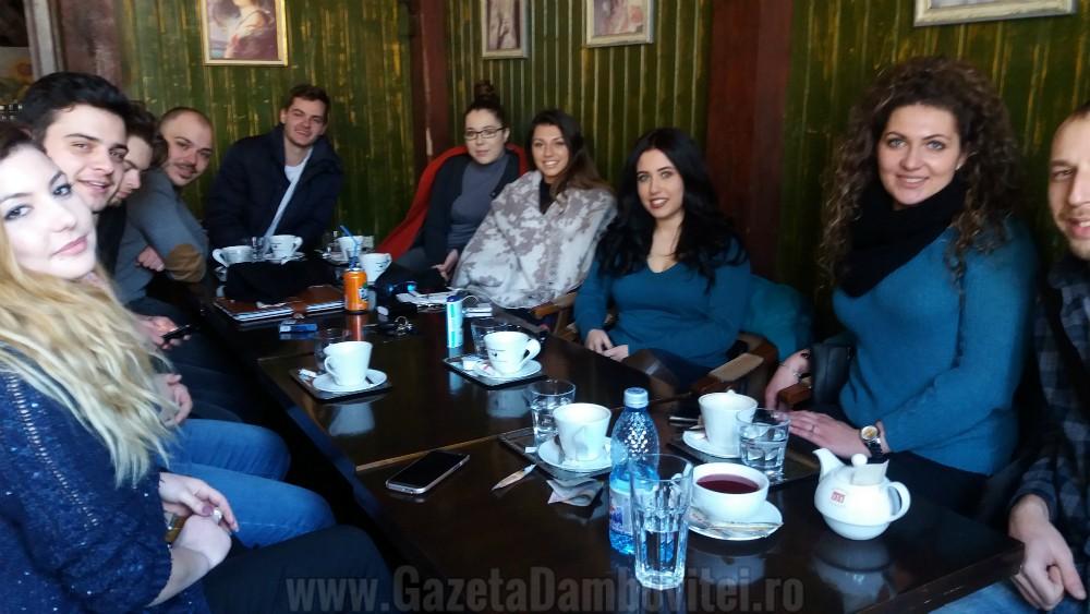 Despre Rotaract Târgoviște. Clubul Rotaract Târgoviște, club partener și sponsorizat de Rotary Târgoviște, este parte a unui program internațional al Rotary Internaţional dedicat tinerilor care doresc să se implice activ în viața comunității din care fac parte prin desfășurarea și organizarea de activități și proiecte socio-culturale și de dezvoltare profesională, totodată cu scopul de a promova spiritul rotaractian, de a ajuta la dezvoltarea comunităților si de a susține elitele.