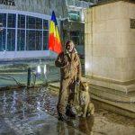 #rezist -  Un medic osteopat și câinele său, în Piața Tricolorului din Târgoviște, în a 20-a zi de protest