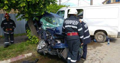 TÂRGOVIŞTE: Accident grav în cartierul Matei Voievod! O maşină s-a lovit de un copac