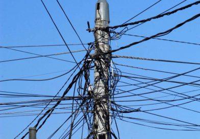 TÂRGOVIȘTE: Furnizorii, obligați să rezolve problema cablurilor agațate prin oraș până în octombrie