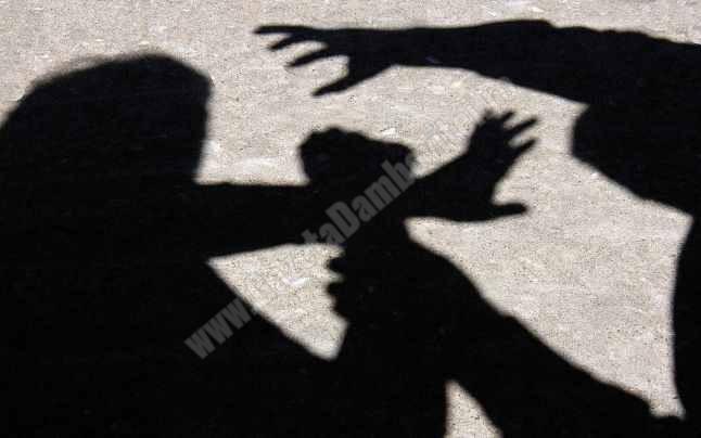 TÂRGOVIȘTE: Tânăr tâlhărit în plină stradă! Agresorii erau de o vârstă cu el