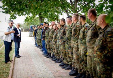 DÂMBOVIŢA: Militari voluntari germani restaurează Cimitirul de onoare de la Titu (Sălcuţa) – VIDEO