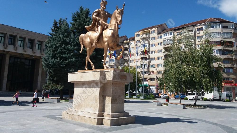 TÂRGOVIȘTE: 24 ianuarie se sărbătorește în Piața Mihai Viteazul! Participanții sunt invitați la Hora Mare pe acordurile Ansamblului Chindia
