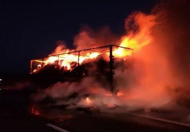 O remorcă de TIR, încarcată cu 11 tone de ceai, a ars pe Autostradă!