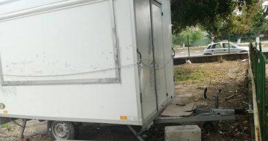 DÂMBOVIȚA: O rulotă cu dulciuri din curtea unei școli, spartă de trei ori de hoți