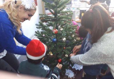 """Studentele de la Pedagogia Învățământului, bucurie de sărbători pentru copiii de la """"Casa Soarelui"""" din Târgoviște"""