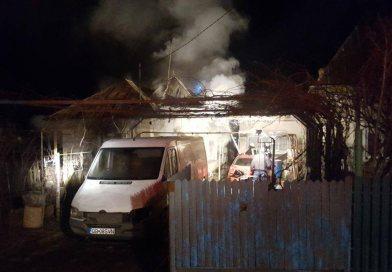 Casă în flăcări, la Răzvad! Un bărbat a suferit arsuri de gradul II
