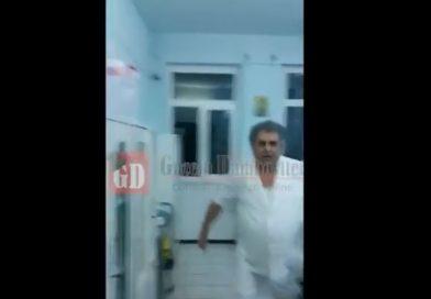 Un medic din Pucioasa l-a lovit pe un bărbat care îl filma în spital (VIDEO)