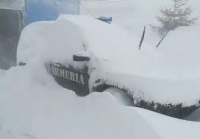 BUCEGI: Zăpada are doi metri în zonele viscolite și vântul suflă cu 100km/oră (VIDEO)