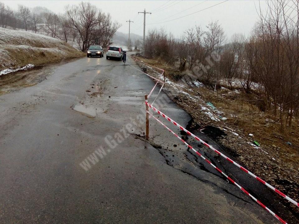 DJ 710 a luat-o la vale din cauza alunecărilor de teren și a eroziunii malurilor pârâului Bizdidel