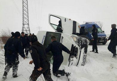 DN 71 – Microbuz cu persoane răsturnat. Au intervenit jandarmii bucureșteni care se întorceau de un exercițiu