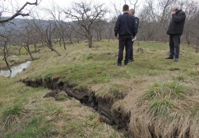 VĂLENI DÂMBOVIȚA:  500 de familii nu au apă, după ce alunecarea de teren a rupt conducta prinicipală