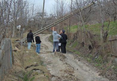 Familii evacuate în urma unor alunecări de teren, la Văleni Dâmbovița. Un drum comunal a devenit impracticabil