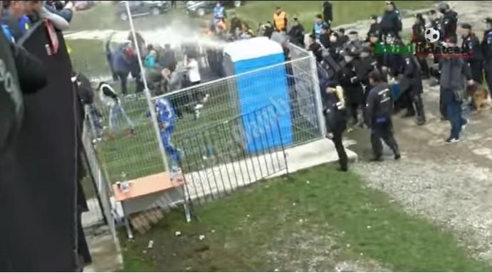 Fanii echipei Petrolul s-au bătut cu jandarmii la Aninoasa. S-au folosit gaze lacrimogene
