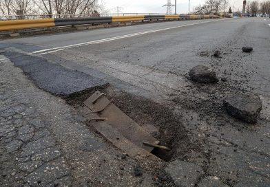 """Furie printre șoferi! Plombele asfaltice de pe podul spre Aninoasa au ținut câteva zile """""""""""