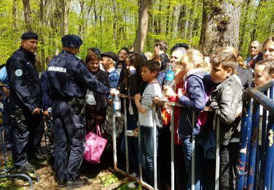 """NUCET: Jandarmii au asigurat măsuri """"anti -îmbulzeală""""! Oamenii nu au răbdare să ajungă la Fântâna mănăstirii"""