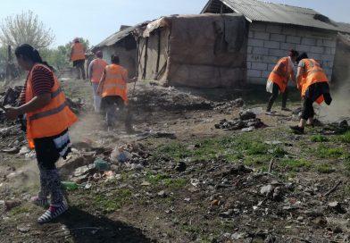 TÂRGOVIȘTE: Romii de la Halta Teiș au stat ascunși, în timp ce angajații primăriei le-au scos mizeria din case și curți