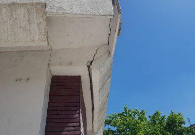 Un bloc din Târgovişte stă să cadă în capul trecătorilor