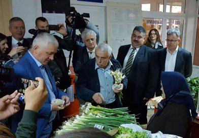 Ministrul agriculturii, Petre Daea, s-a trezit la 5 pentru a-şi face piaţa la Târgovişte! VIDEO