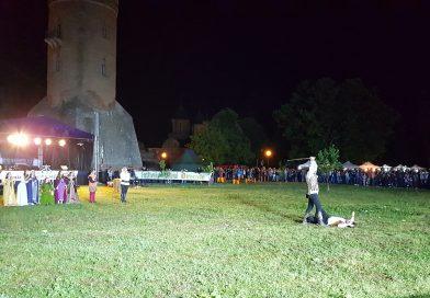 GALERIE VIDEO – Dresură de cai și întreceri cavalerești, la Poalele Turnului Chindia, în cadrul Festivalului Dracula