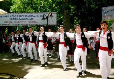 GALERIE VIDEO: Sute de tineri au încins pingelele la Găești, în a IV-a ediție a Festialului Cununa Sânzienelor
